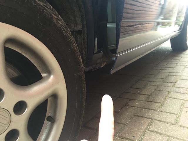 VW Bus T4 unterhalb Schiebetuer hinten rechts stark angerostet