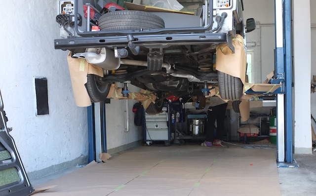 Vorbereitungen zur VW Bus Konservierung Werkstattboden gegen Tropfmengen sichern