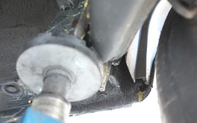 reparierter Bereich der Kotflügelkanten Innenseite Rad hinten rechts Nahaufnahme