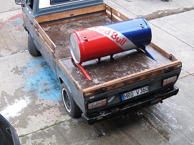 Das Cola von Red Bull und VW Bus Pritsche