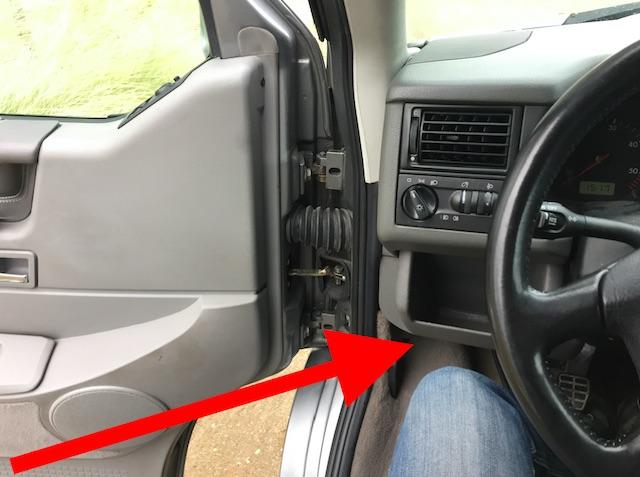 Datenaufkleber unterm Sicherungskasten im VW Bus T4