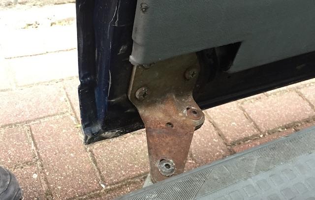 VW Bus T4 Halter Schiebetuere Laufschiene unten verrostet