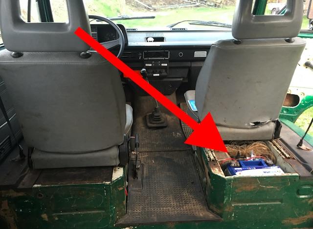 vw-bus-t3-syncro-benziner-hat-die-starterbatterie-unterm-beifahrersitz