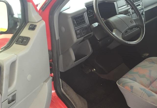 Blick durch Fahrertuere auf Fahrersitz VW Bus T4 erste Serie Automatik