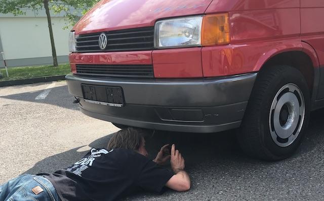 VW Bus Checker prueft die Vorderachse am VW Bus T4