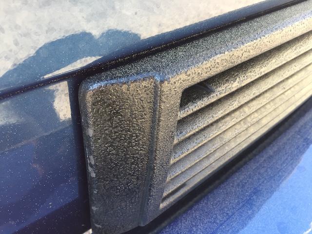 VW Bus T3 Grill vorne unterhalb selbst lackieren