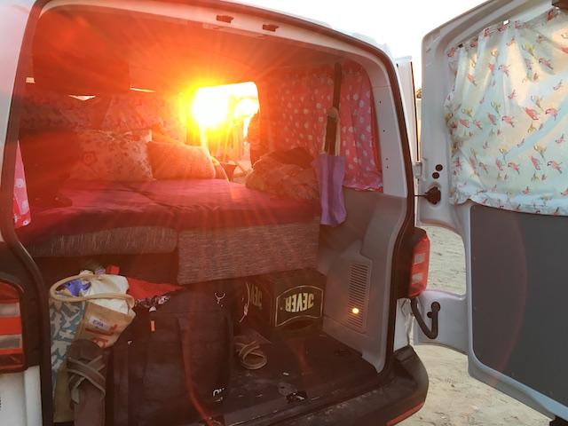VW Bus T6 low budget camper Bilck auf die Liegeflaeche