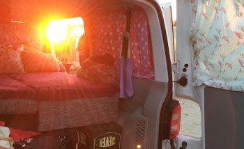 VW Bus T6 low budget camper im Sonnenuntergang