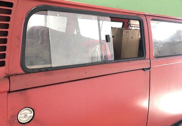 frische Luft im VW Bus T2 mit Schiebefenstern hinten