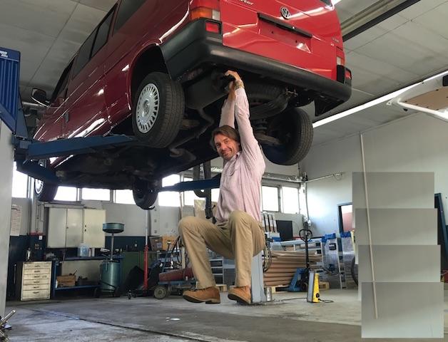 VW Bus T4 Auspuff auf Stabilitaet pruefen mit dem BusChecker