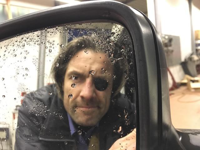 VW Bus Checker schaut dem Gaul ins Maul