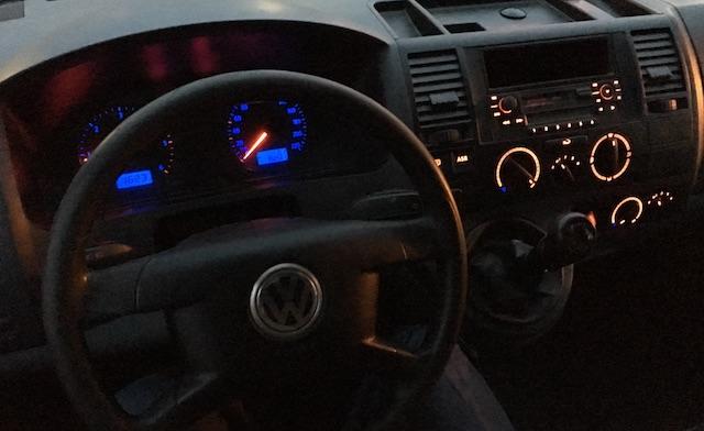 VW T5 Bus Armaturen bei Nacht
