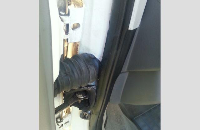 T4 Fahrertuer im Bereich Kabeldurchfuehrung frisch gepinselt