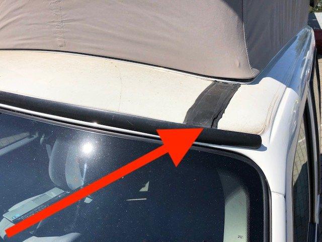 T4 FaltDachCamper Rost hinter dem Windabweiser über der Frontscheibe