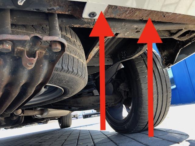 VW Bus T4 Unterboden frisch lackiert neben rostig