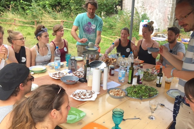 kochen mit dem VW Bus Checker Pangea Festival
