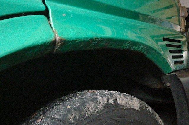 T4 Advantage KlappDachCamper gruen stark angerostet Kotfluegel vorne rechts Nahaufnahme vor Ort