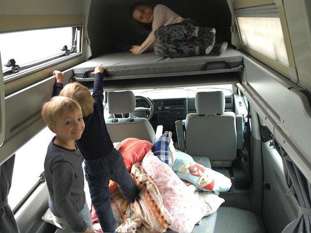 T4 California Exclusiv Bett im Dach ausfahren