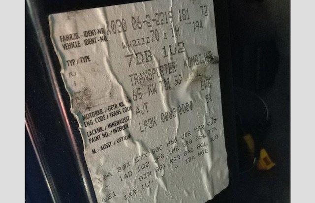 Datenaufkleber VW Transporter T4 unterhalb Sicherungskasten im Fussraum links