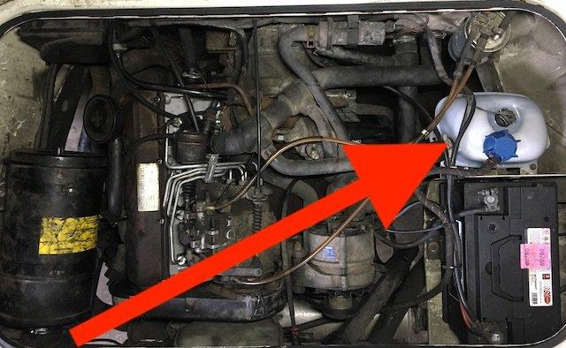Schwachstelle VW Bus T3 Kuehlmittelbehaelter im Motorraum