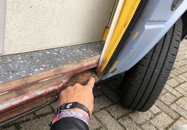 Ecke Laufschiene Schiebetür in Fahrtrichtung vorne VW Bus T3 durchrostet