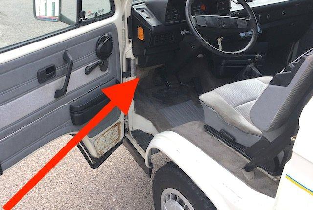 Datenaufkleber VW Bus T3 unter Sicherungskasten A Säule links