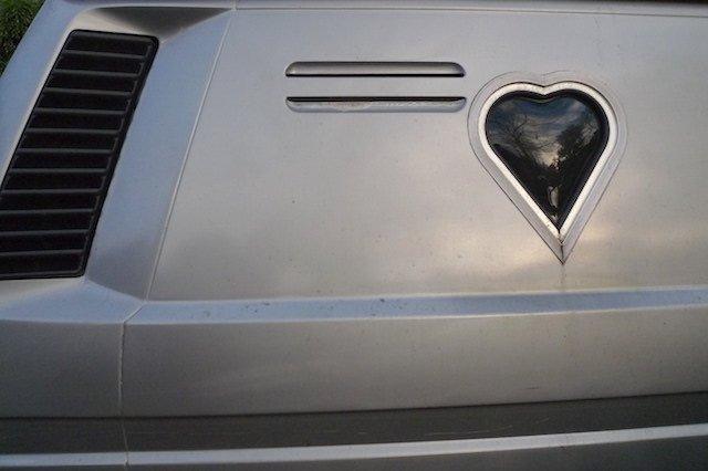 VW Bus T3 mit Fenster in Herzform im Seitenteil