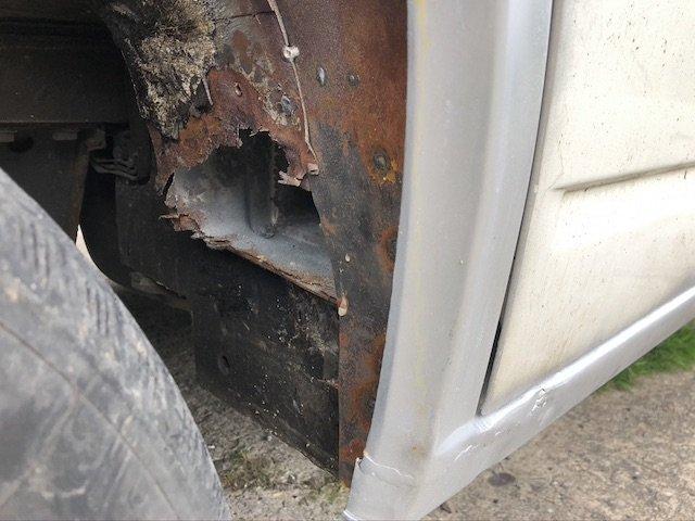 Rostloch hinterm Vorderrad links VW Bus T4