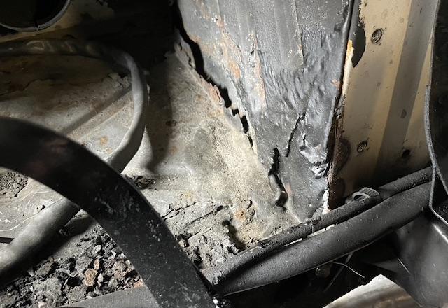 Rostlöcher VW Bus T3 hinter Luftfilter Bleche drüber geschweisst