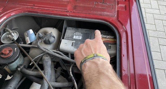 Wasserkasten hinter Batterie Motorraum rechts VW Bus T3 prüfen